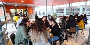 Personas en cafetería