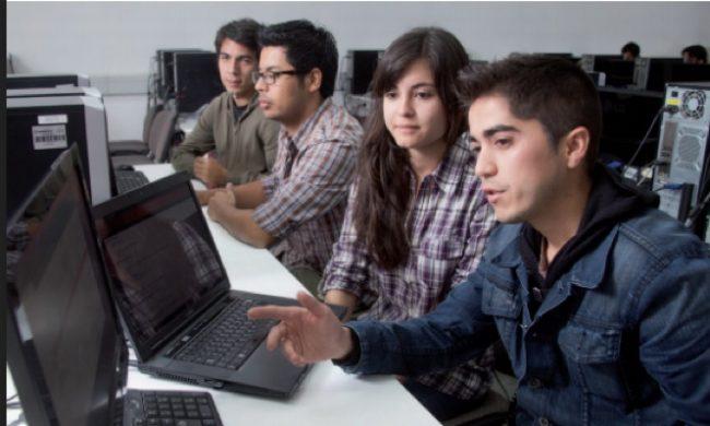 Estudiantes mirando computador